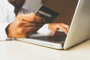 Cliente che utilizza carta di credito per comprare su un e-commerce